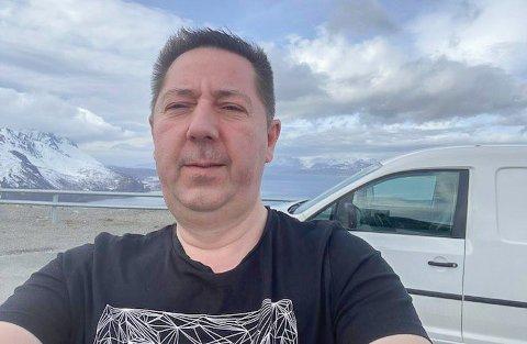 LENGTER: - Det er sikkert flere enn meg som lengter etter å møtes på konsert, sier Lasse Antonsen som på grunn av koronastengt fiskemottak i Hammerfest må til Skjervøy for å kjøpe fersk fisk til sushien på Niri.