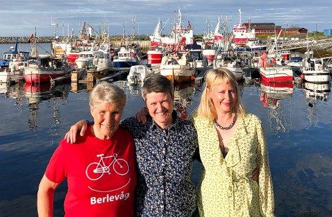 DUGNADSHELTER: Her er de tre driftige og blide kvinnfolkene som står bak Sommer i Berlevåg, en ukelang sommerfest med allsidig program. Fra venstre Vivian Nilsen, Mari Gjæver Walmsley og Emma Gunnarsson.