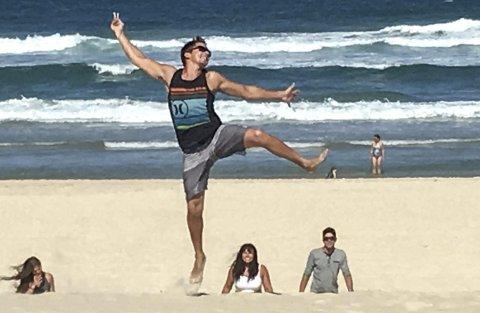 BEACH: Odd-Erik på «surfers paradise» med broren Kristian (t.h) og mamma Wenche. Pappa Sigjørn tok bildet da familien var på besøk.