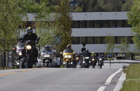VELDEDIG KJØRETUR: Her passerer 27 tohjulinger gjennom Bjørkelangen sentrum under kjøreturen til inntekt for Prosjekt Narko.Foto: Øyvind Henningsen