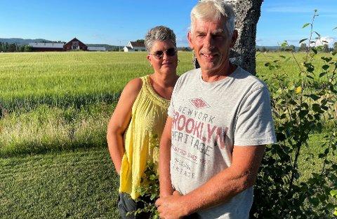 SER TILBAKK: Ekteparet Ariane Flateby og Martin Skugstad har flyttet et steinkast unna småbruket i bakgrunnen, der de bodde i 32 år. Nå tar en ny generasjon over Riser gård.