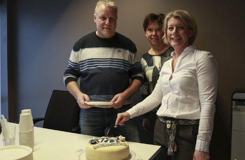 Naboen på kake: Pål Nordby, Ingun Irene Sviggum Helgerud og Heidi Steiner smaker på kaka. Foto: Ulrikke G. Narvesen