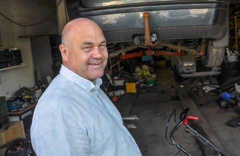 EGET HOBBYVERKSTED: Stig Sudenius Braa reagerer på at bilverksteder både utfører EU-kontroller og reparasjoner. Han har flere dårlige erfaringer, og mener systemet fungerer som bukken til havresekken.