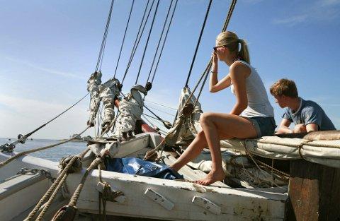 SEILAS: Ungdomsseilasen innebærer maritime opplevelser, nye vennskap, deilige sommerdager på sjøen og kurs og eksamen i båtførerprøven. FOTO: PRIVAT
