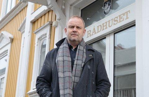 Ordfører Grunde Wegar Knudsen (Sp) ber om at alle svarer telefonen dersom kommunens smittesporingsteam slår på tråden.