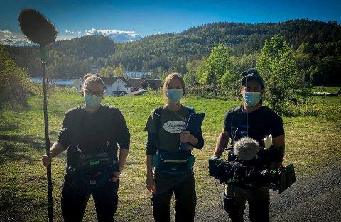 Ida Bommen (i midten) må jobbe med smittevernsutstyr når hun gjør opptak under Farmen Kjendis. Her sammen med til venstre Fanny Wadman (lyd) og til høyre fotograf Chris Thomas Ore Johansen. I bakgrunnen Farmen-gården.