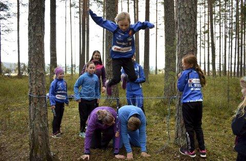 Teambuilding: Skrim jenter 07 og foreldre bokstavelig talt hoppet ut i aktivitetene, og tok utfordringen på strak arm. Alle bilder: Natalia C. Heinrich
