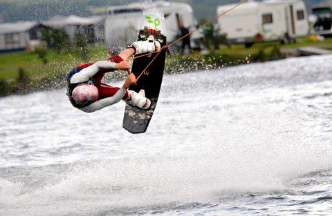 I sommer blir det wakeboard-bane i Lågen ved Hellebæk. (Illustrasjonsfoto)