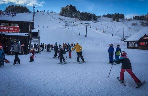JULEREKORD: Kongsberg skisenter har aldri hatt så mange folk i bakken i jula før.