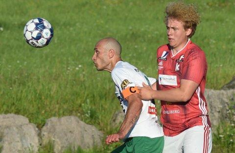 KJEMPER: Vestfossen Hichem Bekkaoui (t.v.) i duell med KIFs Kristoffer Almås. FOTO: OLE JOHN HOSTVEDT
