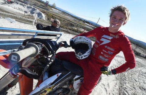 NM-SØLV: Mathias Kjørstad var strålende fornøyd etter å ha tatt NM-sølv i juniorklassen i speedcross-mesterskapet på Rudskogen. FOTO: OLE JOHN HOSTVEDT