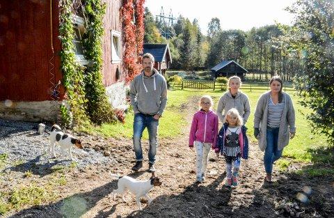 KRITISKE: Naboene vest for Sylling trafostasjon synes miljøutvalgets vedtak ble fattet på et svært tynt grunnlag. Fra venstre: Simen Sveen,  Maja (8),  Liliana (5), Sabina Topyla og Åse-Berit Jamne.