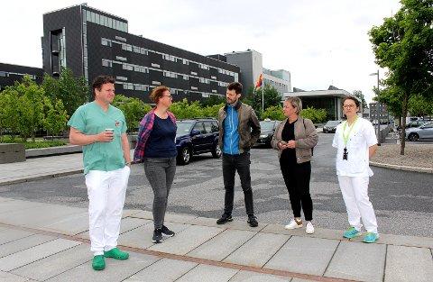 STORT ARBEIDSPRESS: Tillitsvalgte ved Ahus møtte tirsdag Rødt for å diskutere blant annet kapasitet og bemanning ved sykehuset. Fra venstre: Ståle Clementsen (overlegeforneingen), Berit Langset (sykepleierforbundet), Bjørnar Moxnes (leder i Rødt), Silje Kjosbakken (2. nestleder i Rødt) og Andrea Navarrete (jordmorforeningen).