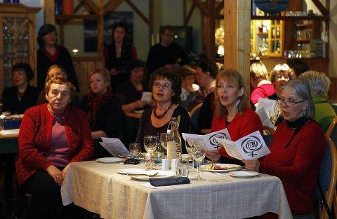 Allsang: Ramberg Gjestegård har de siste årene vært stedet hvor kvinner vest i Lofoten har samlet seg til merkesaker. Nå har aksjonsgruppa for lokalsykehuset igjen fått fokus på sin kamp. Men innimellom blir det tid til allsang. Arkivbilde: Knut Ivar Johansen.