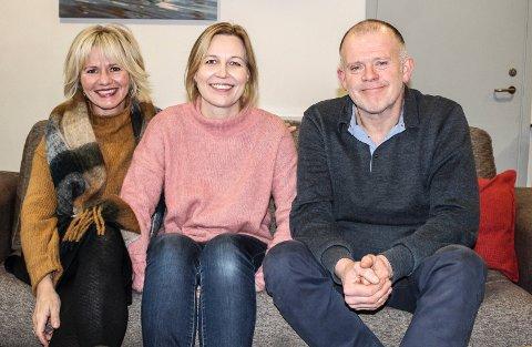 INNSATS: Cathrine Aasen Roksvåg (f.v.) og Astrid Gangestad er vertskap på Julaften på Verket scene mens Odd Kjetil Valen er ansvarlig for det sosiale.