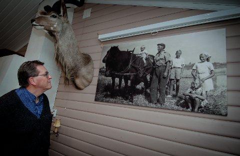 FINT MINNE: Karl Otto Molvig ser på fotografiet fra 1947, der han som ettåring sitter på hesten «Trinsa» ute på jordet som han i fjor solgte.