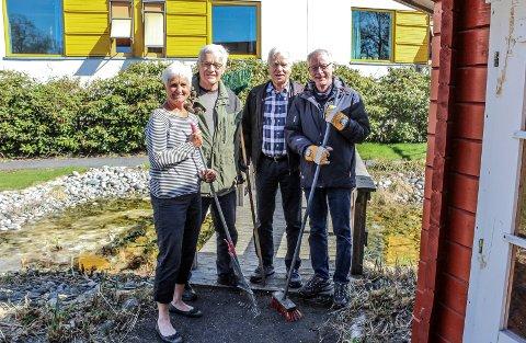 I GANG: F.v.: Dagrun Stræth Fledsberg (f.v.), Per Oscar Saugestad, Egil Arnsen og Jan-Ola Schneider fra Rotary hadde første dugnadsdag i sansehagen torsdag.