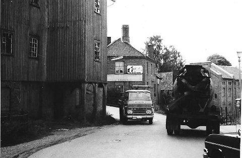 Store Bro 1960: Det var trangt om plassen ved Fossen. Bak lastebilen med kran ser vi Ulrik Larsen Kolonial & Farvehandel som brant litt seinere, og Ulrik Larsen flytta over på Jeløy.  Alle foto: Johan Rynnås