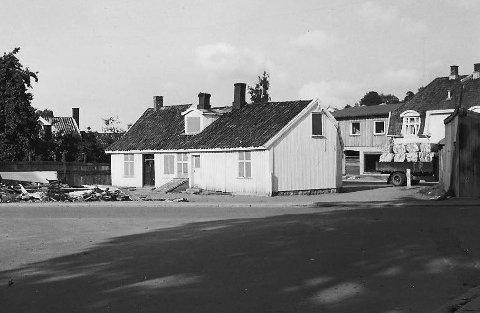 1958 Ra: Huset lå mellom Klostergata og begynnelsen på Dyreveien. Hagen t.v. tilhørte Jac-Hanssen og var et ynda sted for epleslang for gutta på brakka og Ra.  Sveip til siden for å se flere bilder