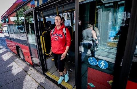 FLITTIG BUSSBRUKER: Inger-Elisabeth Kvarme var én av passasjerene Moss Avis traff da vi testet gratis buss tidligere i høst.
