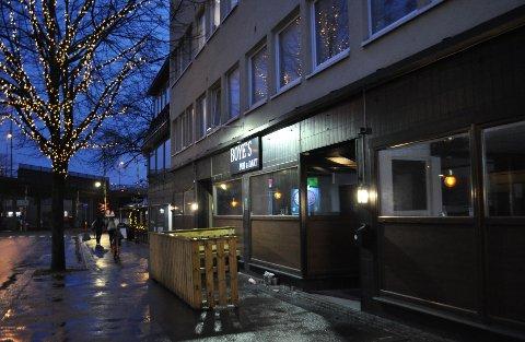 PUBBESØK: En symptomfri person skal ha vært innom en av byens utesteder, Boyes Pub & Dart i Storgata, og deretter fått påvist smitte.