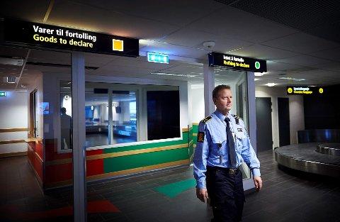 MÅ BEDRES: Seksjonssjef for grensekontroll i Trondelag politidistrikt, Tore Sparby, mener at folk som reiser til Sverige må være mer foreberedt - og ha de nødvendige papirene ferdig utfylt når de vender tilbake.