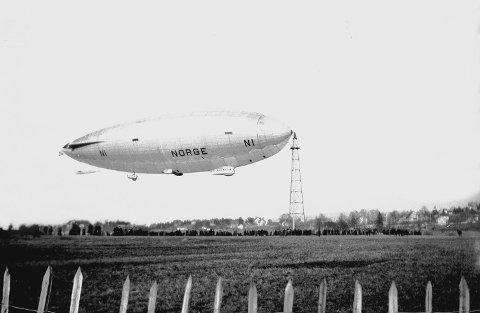 """""""NORGE"""": Luftskipet mellom landet på Ekebergsletta for 90 år siden. Foto: Anders B. Wilse/Oslo museum"""