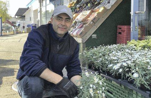 ALLTID PÅ JOBB: Yunus Demirbas har et smil på lur til kundene sine som sent og tidlig kommer innom Sæter Frukttorg. Foto: Privat