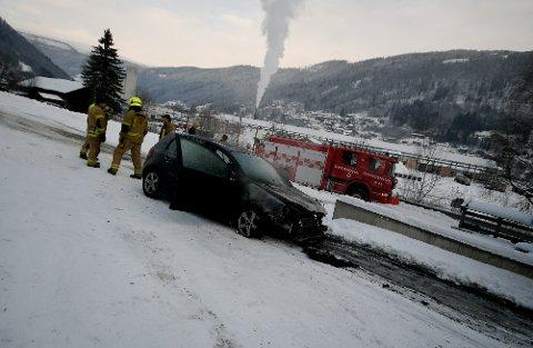 Rundt klokka 14 fredag fikk politiet melding om brann i en parkert bil i Loftsgårdsbakken på Otta.