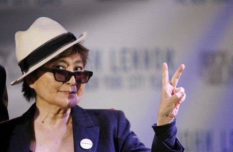 Yoko Ono er en habil sjakkspiller og kvinnen bak  «White Chess Set».