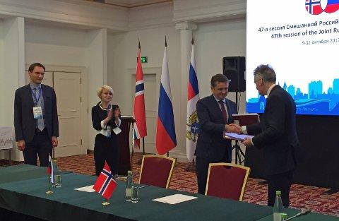 SIGNERTE: Forhandlingslederne Ilja Sjestakov og Arne Benjaminsen signerte avtalen i Kazan i Russland torsdag. Foto: Fiskeri og næringsdepartementet