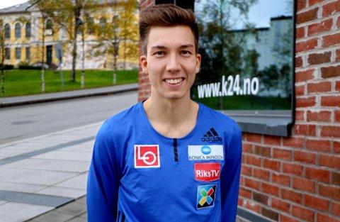 SMILET PÅ LUR: Johann André Forfang er hjemme på et kjapt Tromsø-besøk. Snart håper 23-åringen å kunne være i bakken igjen, i hvert fall når det smeller i gang med NM og verdenscup om en måned.
