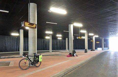 06:10: Her sto de 12 turistene og Morten Sætran i dag tidlig, i påvente av bussen som aldri kom.