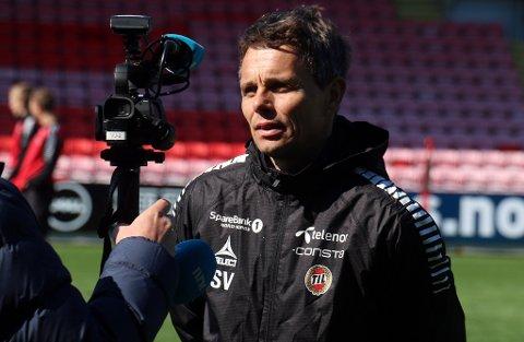 NY SKADE: Simo Valakari kan bli nødt til å klare seg uten Kent-Are Antonsen mot Molde. Her i intervju med NRK etter fredagens trening på Alfheim.