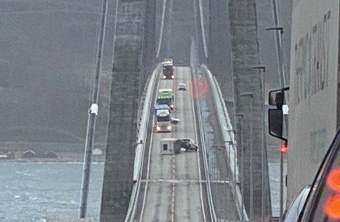 VELTET: En tilhenger veltet på Hålogalandsbrua fredag ettermiddag.