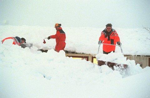 EN METER FRA REKORD: Tre menn måker tak på et hus seinvinteren  i 1997