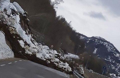Her er Andersdalveien sperret av et snø- og jordskred like ved Isbergan-tunnelen. Foto: Nordlys-tipser