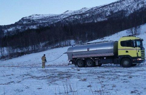 VANNFORSYNING: Tankbilen fyller opp den tomme brønnen ved Håkstad i Salangsdalen tirsdag formiddag.