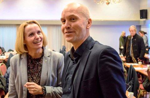 Ordfører og regionrådsleder Guri Bråthen og fylkesmann Sigurd Tremoen holder god tone selv om de er uenige om framtida for kommunereformen.