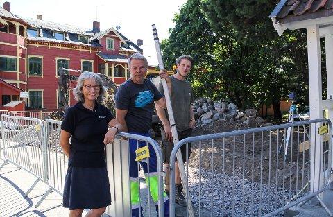 GJERDEBYGGERE: Heidi Froknestad fra Mjøsmuseet ser med glede på at entrepenør  Leif Strandbakken og tradisjonsmurer Audun Jørstad Bakka endelig får på plass steingjerdet igjen.