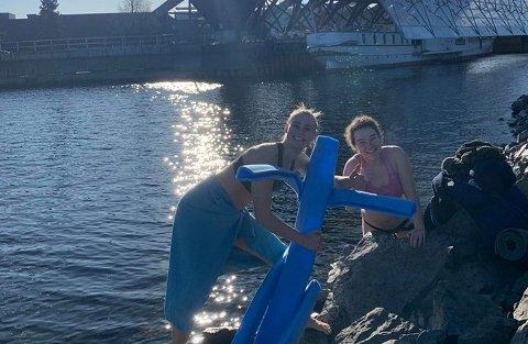 BADET: Mathilde og Eva badet i Mjøsa onsdag, og de ha rlaget maskoten Oddvar Kristin Bø.