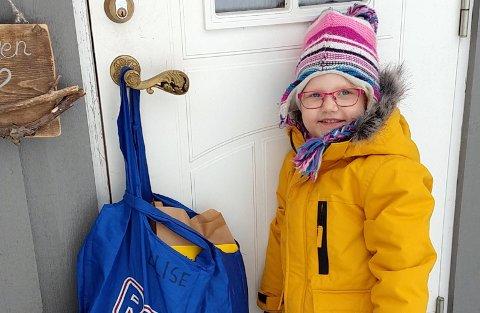 PAKKE FRA BARNEHAGEN: Elise Taaje (4) i Torpa fikk pakke på døra fra de ansatte i barnehagen. Det rører både henne og foreldrene.