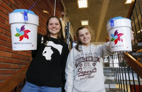 Hanne Berit Granlien (til venstre) og Sara Rirsch håpet på god oppslutning da bøssebærerne fra Ås videregående skole tok et krafttak mot kreft på ettermiddagen onsdag.