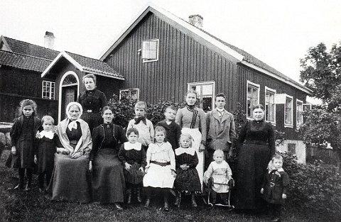 """ASYLGATA har navn etter det gamle """"Børneasylet"""" (egentlig """"Laurvig Børnehospital) i Kirkegata 12. Her er personale og barn fotografert i 1895."""