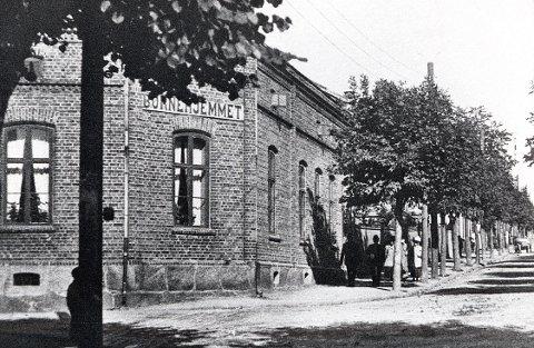 """BARNEINSTITUSJONER. I Nansetgata 9 ble Larviks første regulære barnehage opprettet i 1873. Men i 1897 ble bygningen overtatt av en annen type barneinstitusjon, et privatdrevet barnehjem. Som vi ser av skiltet på hjørnet, skriver bildet seg fra """"Børnehjemmet""""s tid, antakelig omkring 1905."""
