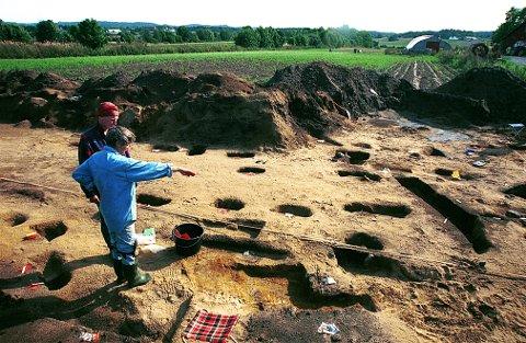 JERNALDERBOPLASSER. Langs Rv 303 på gården Lunde i Tjølling ble det i 1996-97 funnet rike boplasspor fra eldre jernalder, blant annet 140 stolpehull, ildsteder, kokegroper og graver.