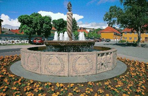KUNSTPAUSEN:  Staverns fontenemonument utenfor Stavern kirke. Under 2. verdenskrig falt 13 sjømenn fra Stavern. Minnesmerket over disse står i dag foran Fredriksvern kirke i Stavern. Det ble reist i 1951 og er laget av billedkunstneren og skulptøren Ørnulf Bast. Minnesmerket har form av et 16-kantet basseng med fontene innrammet av et trekantet blomsterbed. På to av de 16 granittfeltene er scener fra sjølivet hogd inn som relieffer, på 13 andre navnene på de falne. Opp av den skjellformede fonteneskålen stiger en søyle formet som tampen på en trosse, og aller øverst ser vi et forgylt anker med krans.