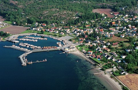 """HELGEROA  Helgeroa sett fra sørvest med båthavna og Langholtstranda på hver sin side av Vertshuset """"Sydvesten."""""""