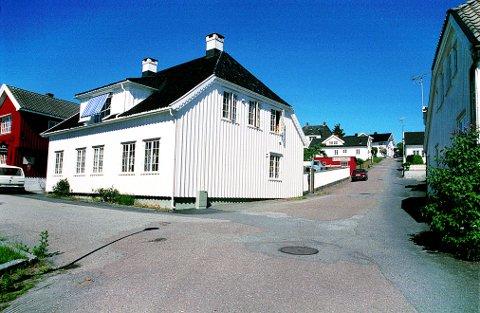 NEDRE DAMSBAKKEN med nr 1 til venstre. Her tilbrakte den senere statsminister Johan Sverdrup noen av sine ungdomsår.