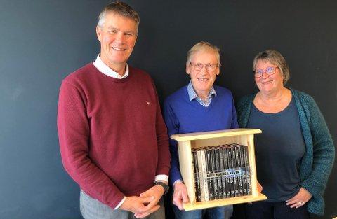 GAVE: Etter å ha avsluttet boksprosjektet «Mitt kjære Larvik», har Dagfinn W. Ellefsen (i midten) overrakt den komplett samling av de 14 utgivelsene til ordfører Erik Bringedal og Gro Stalsberg fra Larvik Museum.